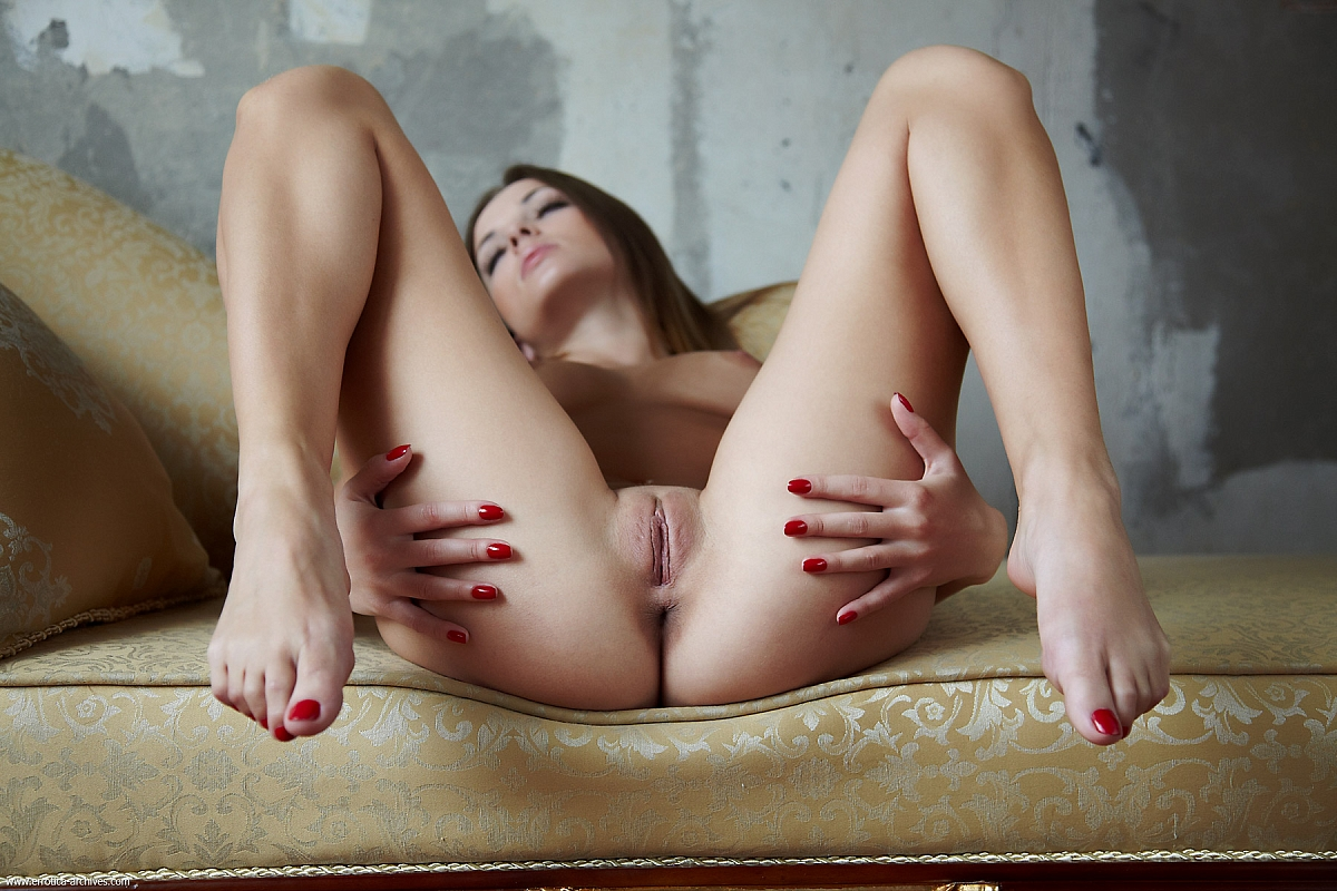 Раздвинула ножки и ласкает свою писю, Голая жена раздвинула ноги и ласкает писю 24 фотография