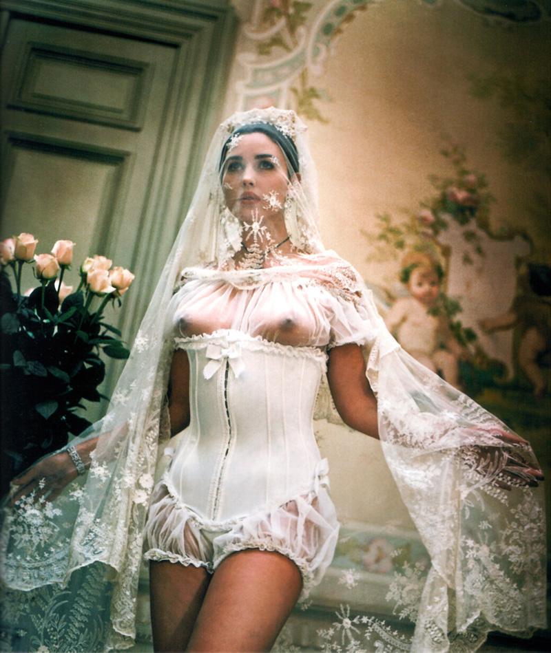 встречный вопрос, голые девушки в свадебном платье сказал ей