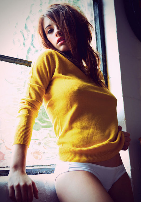 Девушка с сиськами и в желтой майке, сексуальные попки в обтягивающих штанах и шортиках