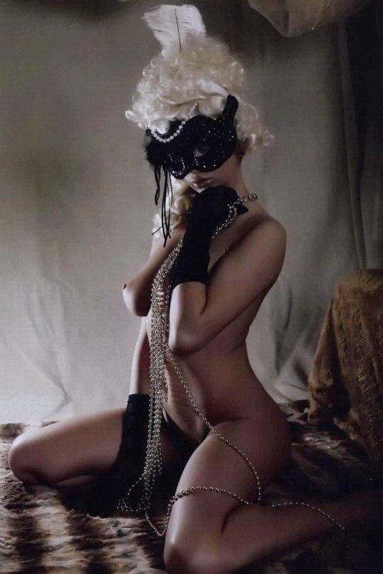эротичные фото девушек в масках она