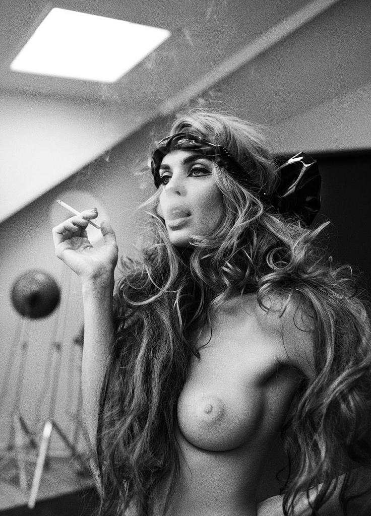Голые девушки с сигаретой