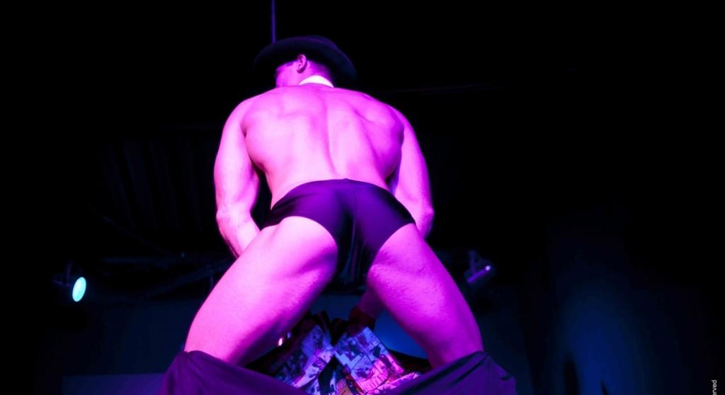 Стриптиз мужской онлайн, видео как снимается порно с актерами с большими хуями