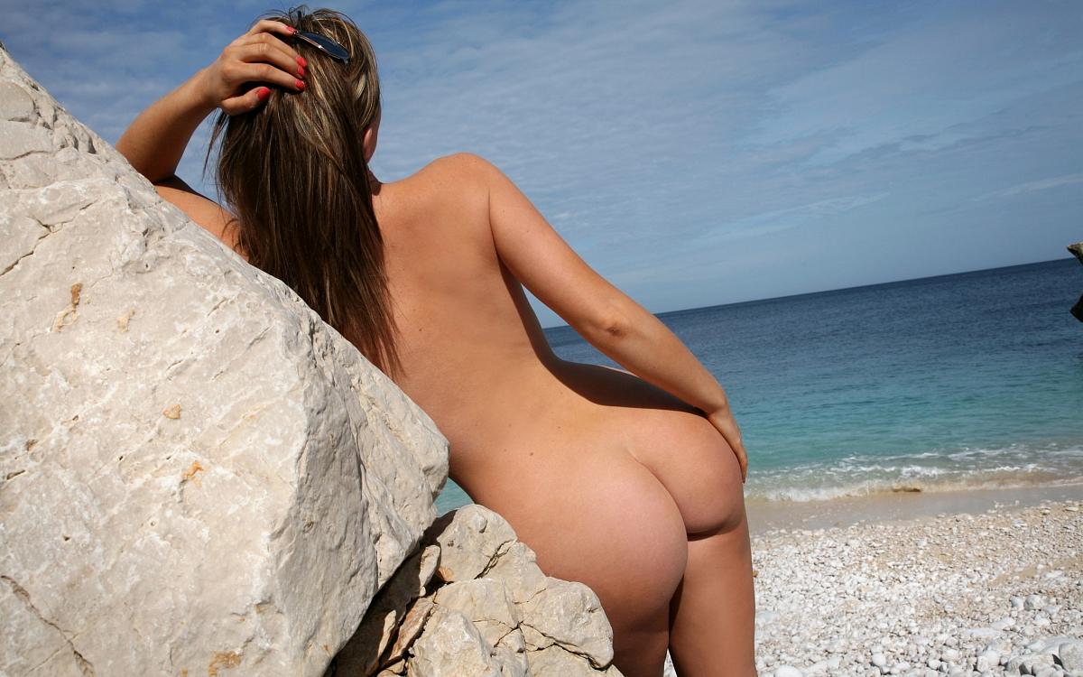 Фото на пляже девушек обнаженных вид сзади