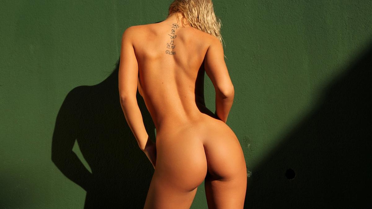 Голая спина порнофото, голые девушки в саду фото