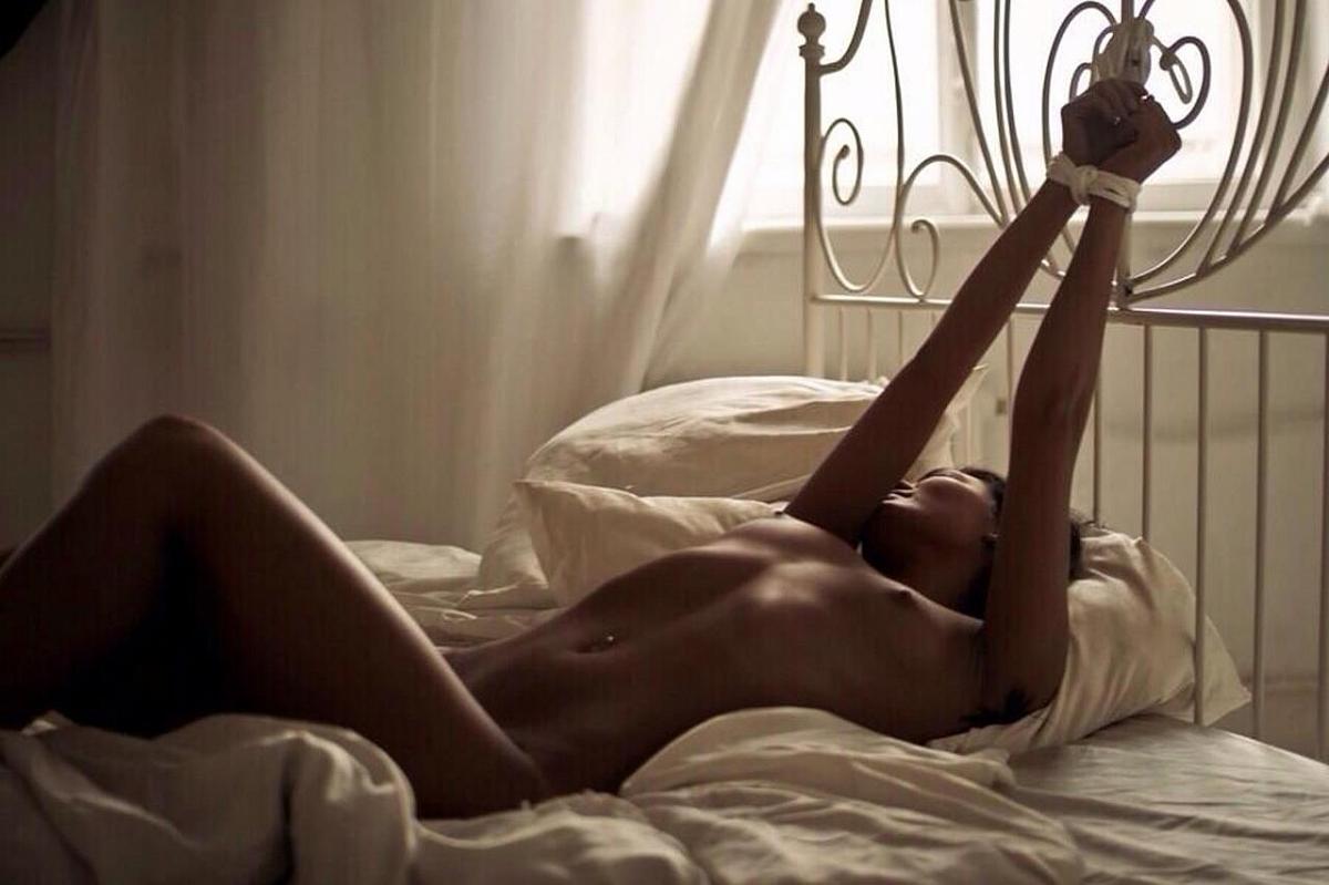 Порно фото девки в нижнем белье стоят раком манду, где