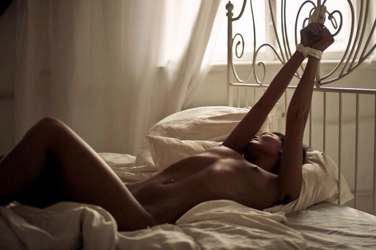 прикованная к кровати эротика фото